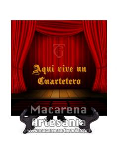 Azulejo con emblema del Gran Teatro Falla de Cádiz y el texto Aqui vive un Cuartetero.Somos Fabricantes.