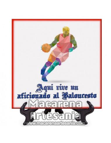 Azulejo con el texto Aqui vive un aficionado al Baloncesto. Solo en venta en nuestra tienda online