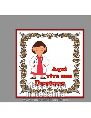 Azulejo con el texto Aqui vive una Doctora. Solo en venta en nuestra tienda online