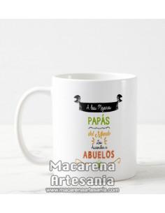 Taza de cerámica con el texto A los mejores Papás del mundo los ascienden a Abuelos, regalos para abuelos.