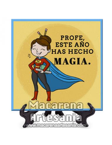 """Azulejo cuadrado con el texto """"Profe este año has hecho magia"""". Solo en venta en nuestra tienda online."""