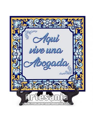 """Azulejo cuadrado ideal para regalar a la letrada con el texto """"Aqui vive una Abogada"""" en venta en nuestra tienda."""
