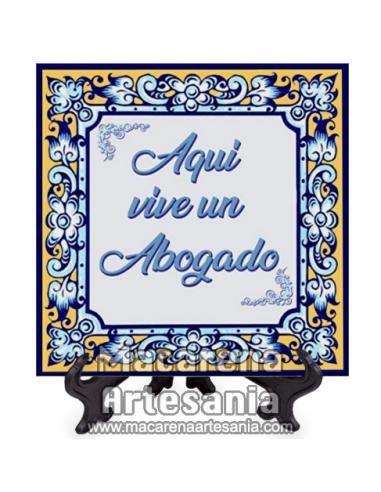 """Azulejo cuadrado ideal para regalar a un letrado con el texto """"Aqui vive un Abogado"""" en venta en nuestra tienda."""