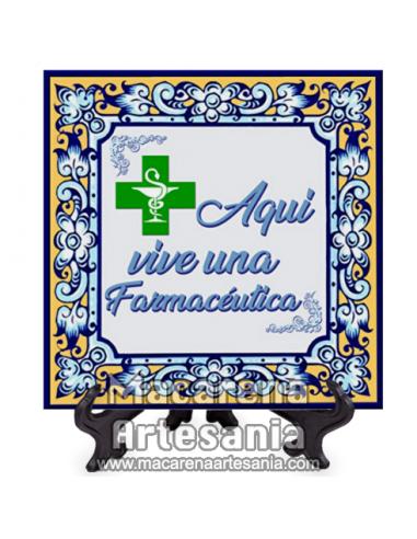 """Azulejo ideal para regalar al trabajador de la Farmacia con el texto """"Aqui vive una Farmacéutica"""" en venta en nuestra tienda."""