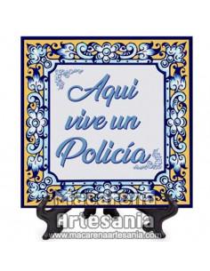 """Azulejo para regalar a un Policia con el texto """"Aqui vive un Policia"""" en venta en nuestra tienda."""