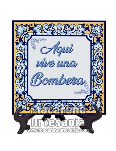 """Azulejo para regalar a una Bombera con el texto """"Aqui vive una Bombera"""" en venta en nuestra tienda."""