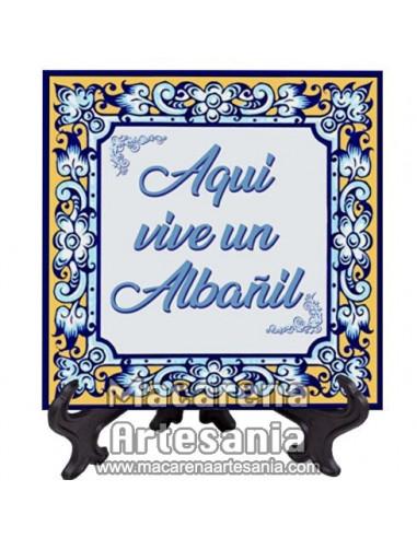"""Azulejo cuadrado ideal para el regalo a un Albañil con el texto """"Aqui vive un Albañil"""" en venta en nuestra tienda."""